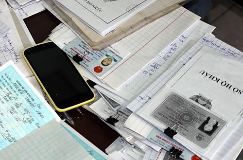Hồ sơ, giấy tờ liên quan hoạt động tín dụng đen của Nhân bị cảnh sát thu giữ. Ảnh: Công an cung cấp
