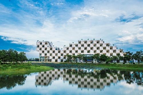 Khuôn viên Trường Đại học FPT cơ sở Hòa Lạc với khu giảng đường hiện đại và cảnh quan thơ mộng