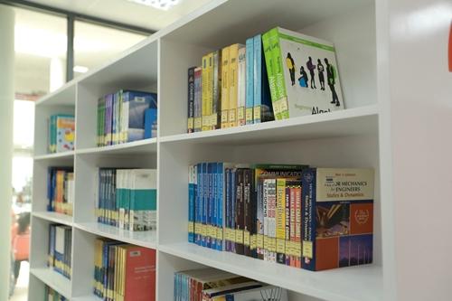 Thư viện ĐH FPT Cần Thơ không thua kém bất kỳ trường đại học quốc tế nào khi lưu trữ hàng ngàn đầu sách giá trị, trong đó có hơn 90% đầu sách ngoại ngữ được nhập trực tiếp từ các nhà xuất bản nổi tiếng trên thế giới.