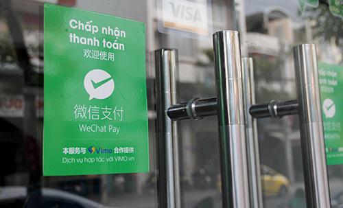 Cửa hàng ở Nha Trang chi trả bằng Wechat Pay cho khách Trung Quốc khi mua sắm. Ảnh: An Phước.