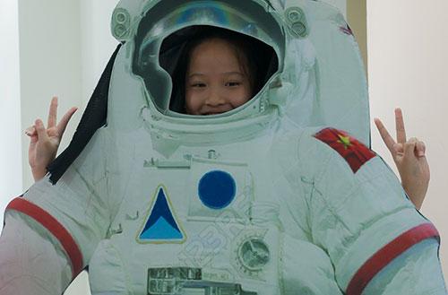 Các bạn trẻ trải nghiệm ngày hội công nghệ vũ trụ. Ảnh VNSC.