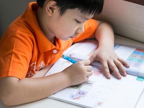 Trẻ có thể dần hình thành sự tự giác, khả năng tập trung, quản lý thời gian trong kế hoạch thông qua các bài tập. (Xin nguồn ảnh)