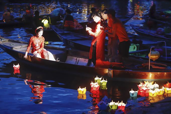 Hàng nghìn người thả hoa đăng trong lễ Vu Lan
