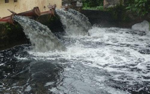 Nguồn nước ở Việt Nam nhiều nơi bị ô nhiễm nghiêm trọng. Ảnh: TL.