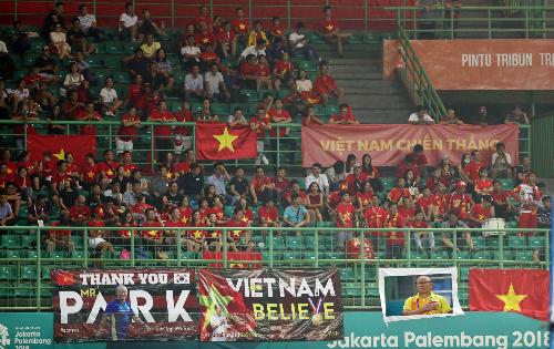 Cổ động viên Việt Nam trên sân Patriot Candrabhaga, Indonesia ngày 23/8. Ảnh: Đức Đồng