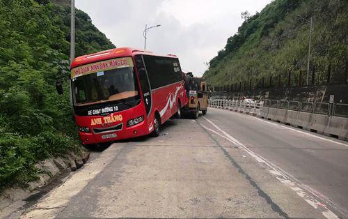 Chiếc xe khách biển Ninh Bình bị húc lạo xuống vạ đường. Ảnh: Minh Cương