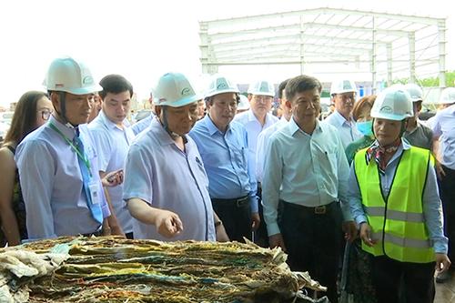 Thủ tướng Nguyễn Xuân Phúc thăm nhà máy xử lý rác bằng công nghệ châu Âu ở Quảng Bình. Ảnh: Hoàng Táo
