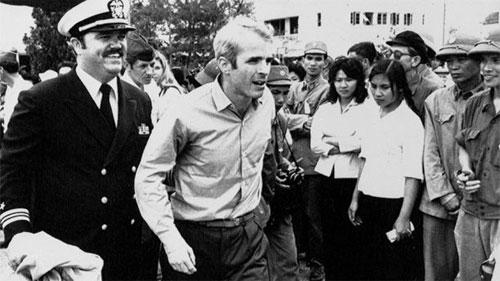 McCain được đưa ra sân bay ở Hà Nội sau khi được thả vào ngày 14/3/1973. Ảnh: AP