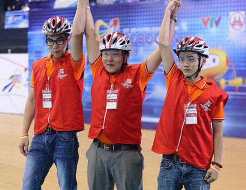 Đội Việt Nam 2 ăn mừng chiến thắng. Ảnh: VTV.