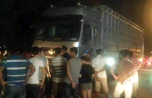 Người dân vây quanh ô tô tải chở dăm gỗ sau tai nạn. Ảnh: Thạch Thảo.
