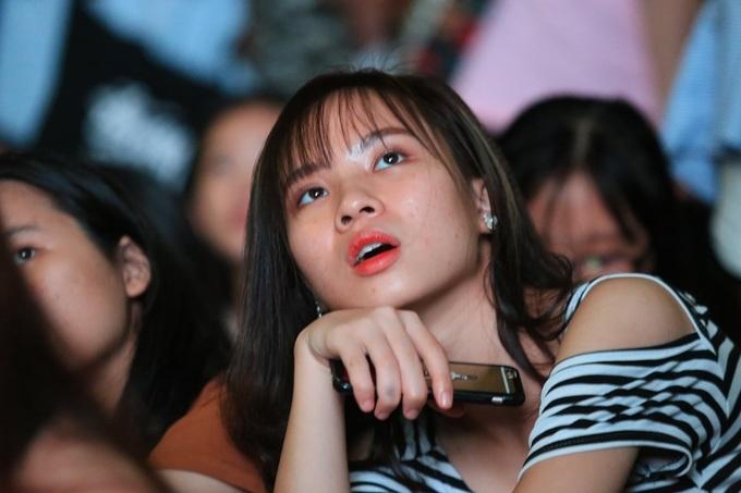 Nữ sinh Đại học Sư phạm Hà Nội đội mưa cổ vũ Olympic Việt Nam