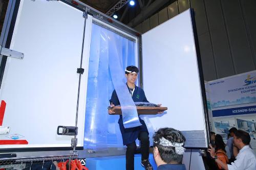 Nhằm giúp quan khách trải nghiệm thực tế sản phẩm đông lạnh vận chuyển bằng xe thùng của Isuzu - Quyền Auto, hai đơn vị phối hợp tổ chức màn biểu diễn cắt cá tươi (sashimi) của đầu bếp chuyên nghiệp đến từ Nhật Bản, thưởng thức cà phê ở nhiệt độ -18 độ C cùng nhiều quà tặng.