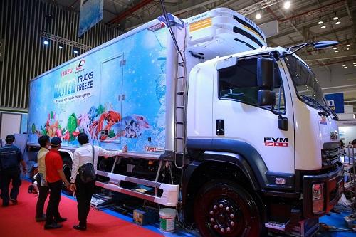 Xe thùng đông lạnh tải nặng đóng trên xe nền Isuzu-FVM34T Euro 4 và thùng Quyền Auto có khối lượng toàn bộ 24 tấn, tải trọng lên đến 14,15 tấn và chiều dài lòng thùng 7,45m giúp tối ưu lượng hàng hóa vận chuyển, phù hợp cho những chuyến hàng xa.