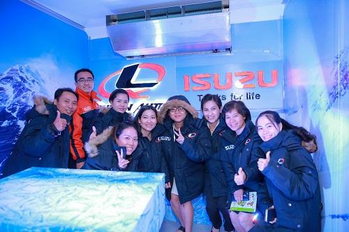 Quan khách cũng được trải nghiệm không gian bên trong thùng đông lạnh và nhận quà từ đơn vị tổ chức.