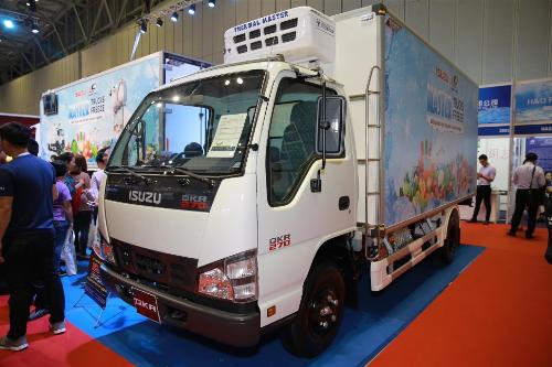 Xe thùng đông lạnh tải nhẹ được đóng trên nền xe Isuzu-QKR77H Euro 4 và thùng Quyền Auto với khối lượng toàn bộ từ 4,95 đến 5,5 tấn phù hợp vận chuyển trong nội thành, tải trọng 2,49 tấn và chiều dài lòng thùng 4,22 m đảm bảo sự tươi mới của hàng hóa khi nhiệt độ thùng luôn giữ ổn định.