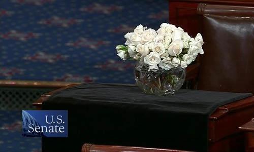 Bàn làm việc của Thượng nghị sĩ John McCain tại Tòa nhà Quốc hội hôm qua. Ảnh: CSPAN.
