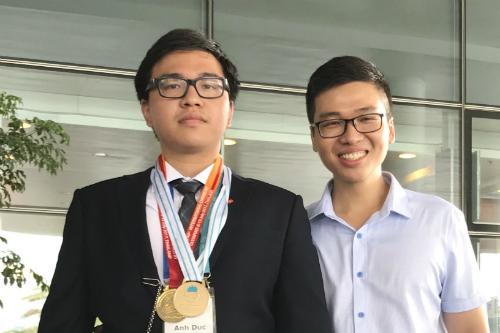 Phạm Đức Anh (trái) và anh trai. Ảnh:NVCC