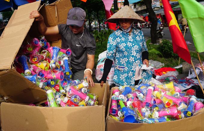 Người Sài Gòn tấp nập đi mua đồ cổ vũ Olympic Việt Nam