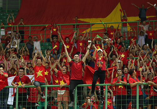 Cổ động viên Việt Nam trên khán đài ủng hộ đội tuyển Olympic. Ảnh: Đức Đồng.
