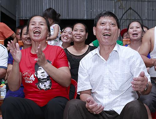 Bà Hường và ông Quang vui mừng khi thấy trung vệ Tiến Dũng kiến tạo để đồng đội ghi bàn. Ảnh: Đức Hùng