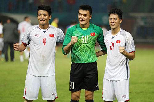 Trung vệ Tiến Dũng (số 4) cùng thủ môn Tiến Dũng và Đình Trọng đang góp công lớn giúp hàng thủ Olympic Việt Nam giữ sạch lưới. Ảnh: Đức Đồng