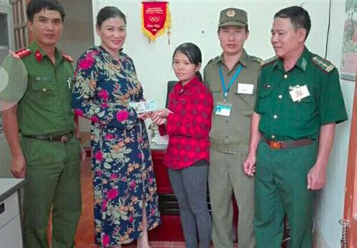 Chị Mai (giữa) trả lại tiền cho chủ nhân trước sự chứng kiến của nhà chức trách. Ảnh: Đ.H