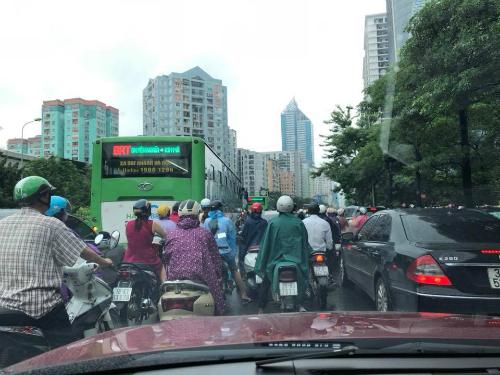 Sáng nay mưa và đường lại tắc.