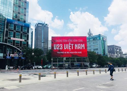 Dàn màn hình led tại phố đi bộ Nguyễn Huệ đã sẵn sàng. Ảnh: Duy Trần.