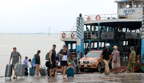 Từ ngày 4/9, xe khách từ 29 chỗ trở lên và xe tải được phép hoạt động trở lại, lưu thông qua bến phà Gót- Cái Viềng để ra đảo Cát Bà. Ảnh:Giang Chinh