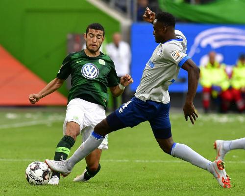 Áo đấu Wolfsburg (xanh) trong trận gặp Schalke 04 ở vòng mở màn Bundesliga 2018-2019. Ảnh: Fox Sport.