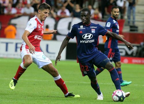 Áo đấu Lyon (màu xanh)trong trận gặp Reims tại vòng 2 Ligue 1 mùa 2018-2019. Ảnh: Dhakatribune.