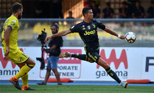 Logo Jeep xuất hiện trên ngực áo ngôi sao bóng đá Cristiano Ronaldo của Juventus. Ảnh: Reuters.