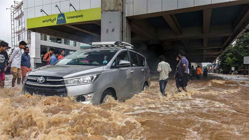 Trên đường phố, những chiếc xe gầm cao có lợi thế hơn khi phải chiến đấu với nước ngập.