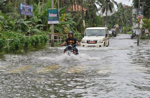 Việc chạy xe qua nơi ngập nước có thể gây ra những hậu quả khôn lường. Từ việc máy móc bị ảnh hưởng do nước vào, người điều khiển phương tiện có có thể gặp nguy hiểm do không thể quan sát mặt đường, không thể tránh hố sâu, miệng cống.