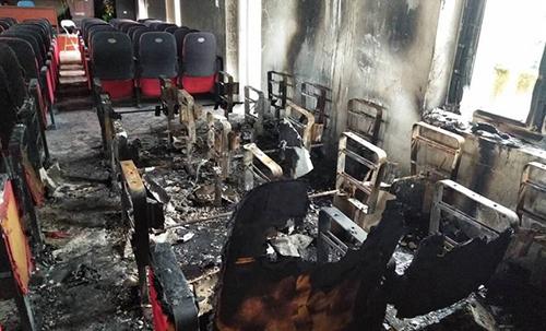 Hầu hết ghế và các thiết bị trong Hội trường UBND xã Hải Lộc bị cháy rụi. Ảnh: Lam Sơn.