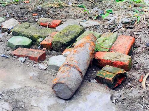 Quả bom được phát hiện trong vườn nhà chị Thơm. Ảnh: Đ.H