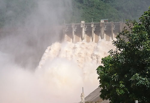 Thủy điện Bản Vẽ xả 4.200 m3/s vào sáng 31/8. Ảnh: Nguyễn Hải.