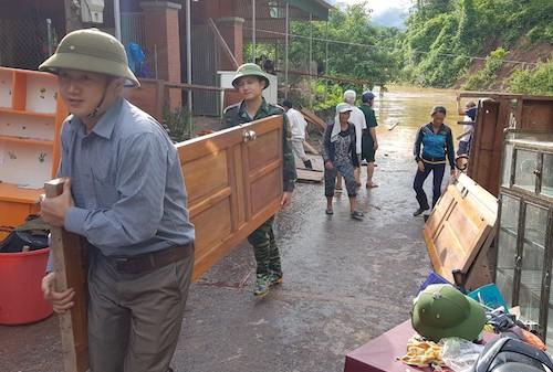 Bộ đội biên phòng cùng người dân di dời đồ đạc tại xã Mỹ Lý (Kỳ Sơn) sáng 31/8. Ảnh: Bùi Thượng.