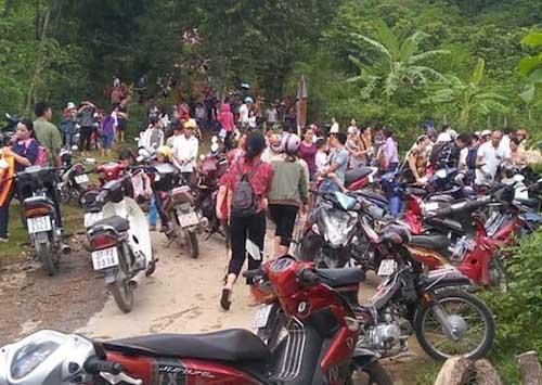 Cả trăm người dânthị trấn Hòa Bình chạy lên núi. Ảnh: CTV.