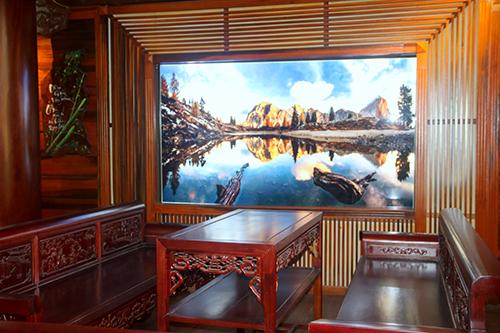 Tranh phong cảnh được trang trí bên tường để làm cho căn phòng thêm nổi bật. Ảnh: Đức Hùng
