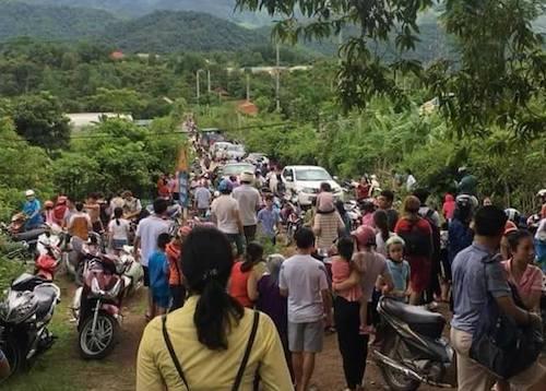 Người dân xã Tam Quang ùn ùn rời khỏi nhà. Ảnh: CTV.