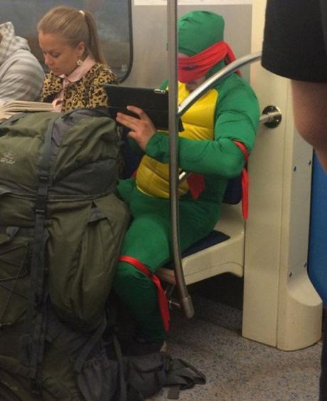 Ninja Rùa xuất hiện trên tàu điện ngầm.