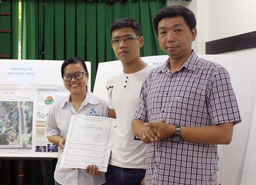 Vũ Nguyễn Ngọc Trâm (ngoài cùng bên trái) đại diện nhóm nhận giải nhất cuộc thi. Ảnh: Minh Châu.