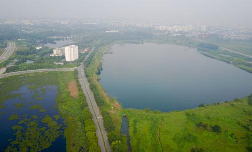 Hồ Đá trở thành điểm nhìn của khu công viên ở khu đô thị Đại học Quốc gia. Ảnh: Quỳnh Trần.