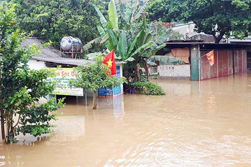 Ngập lụt tại Km 84+400 đến Km 84+800, quốc lộ 279D, thuộc địa phận bản Giàn, xã Mường Bú (Mường La). Ảnh: Báo Sơn La
