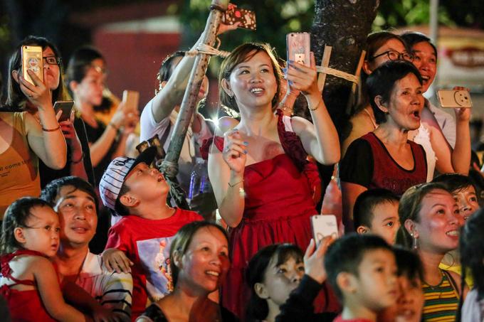 Người Sài Gòn chen chân xem bắn pháo hoa