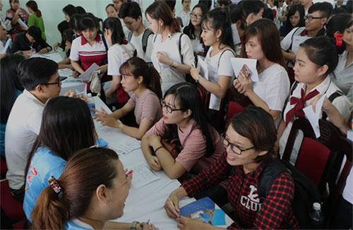 Đông đảo sinh viên quan tâm tới cơ hội làm việc cho các doanh nghiệp lớn sau khi tốt nghiệp.