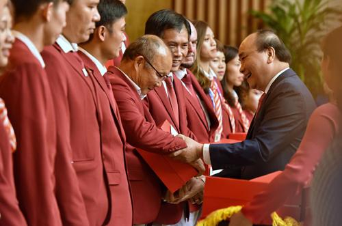 Thủ tướng tặng quà HLV Park Hang Seo và các cá nhân tiêu biểu. Ảnh: Giang Huy.