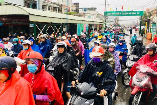 Dòng người xếp hàng dài chờ qua phà Cát Lái ởphía bờ Nhơn Trạch, tỉnh Đồng Nai. Ảnh: Hữu Nguyên