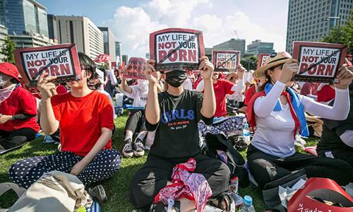 Hàng nghìn phụ nữ Hàn Quốc giương biểu ngữ Cuộc sống của tôi không phải là thứ khiêu dâm của anh nhằm kêu gọi chính quyền hành động ngăn chặn nạn quay lén trong nhà vệ sinh. Ảnh: Guardian.